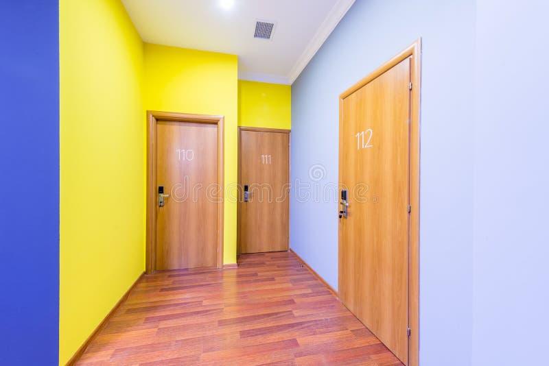 O corredor da entrada do hotel com projeto moderno imagens de stock royalty free