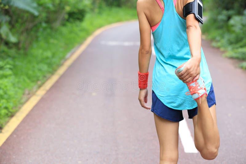 O corredor da jovem mulher aquece-se fotos de stock royalty free