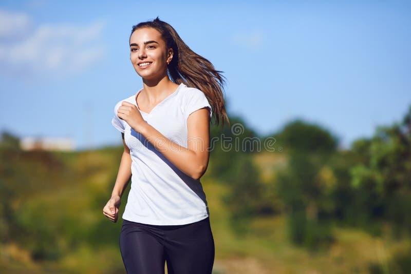 O corredor da menina corre avante na natureza no verão imagens de stock
