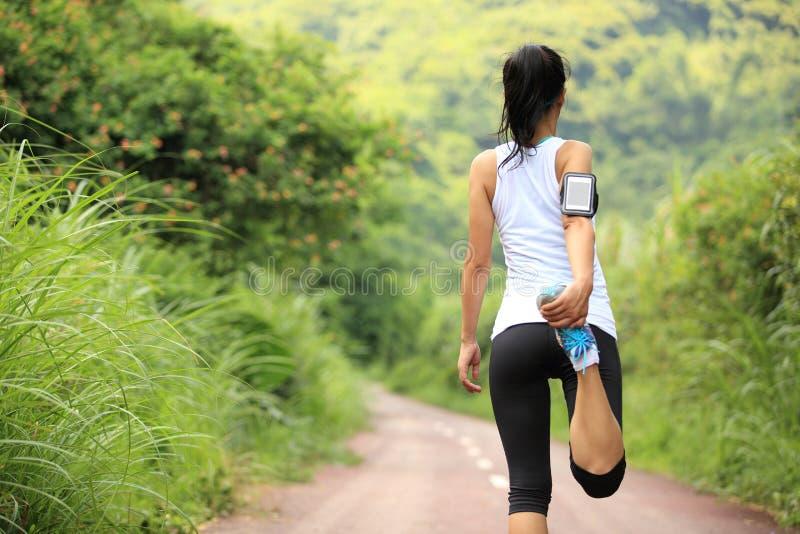 O corredor da mulher aquece exterior fotografia de stock