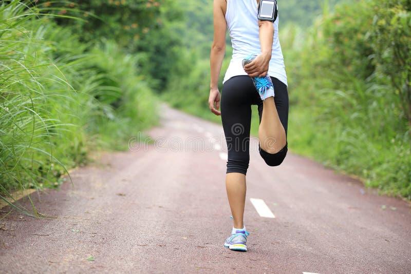 O corredor da mulher aquece exterior fotos de stock