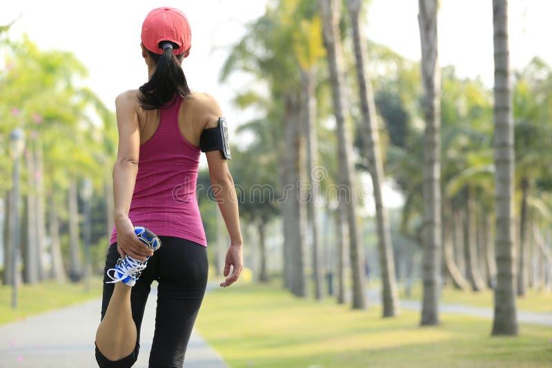 O corredor da mulher aquece exterior foto de stock