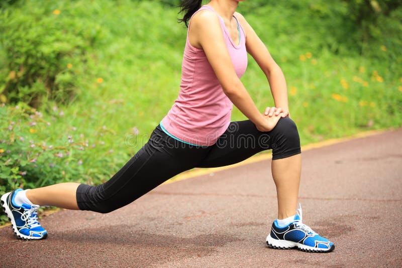 O corredor da mulher aquece exterior foto de stock royalty free