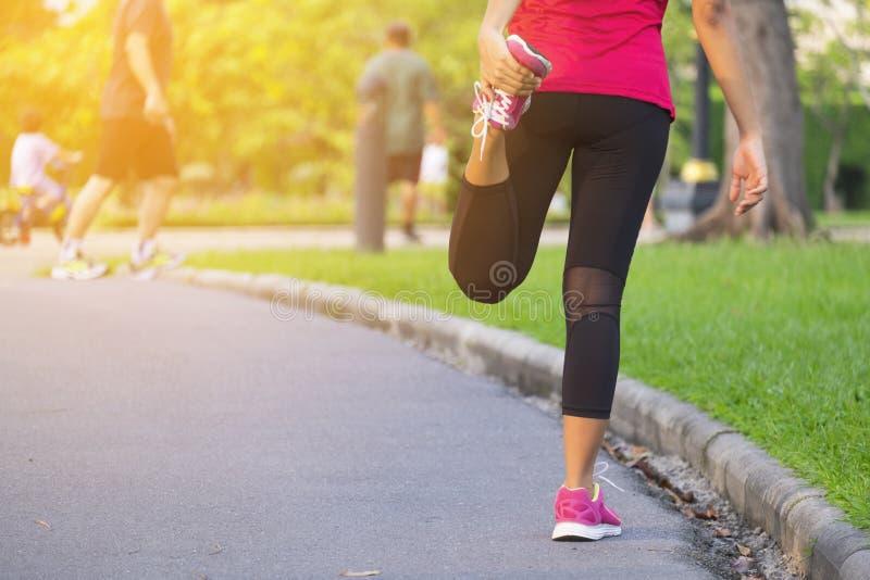 O corredor da mulher aquece-se imagem de stock royalty free