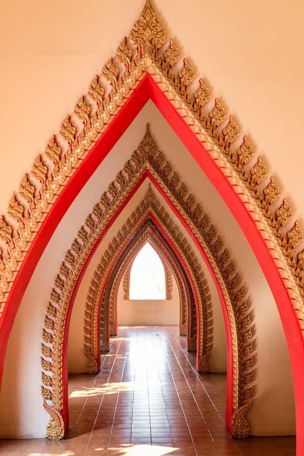 O corredor dentro do templo budista foto de stock