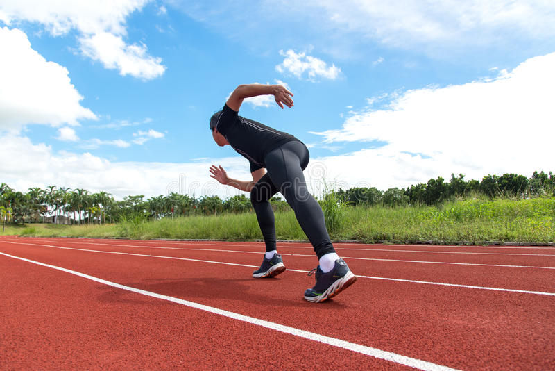 O corredor do esporte e da aptidão equipa o corredor no treinamento da pista fotos de stock royalty free