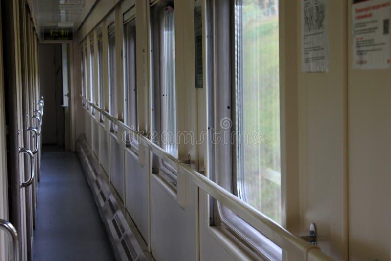 O corredor longo do trem do compartimento, as janelas transparentes foto de stock