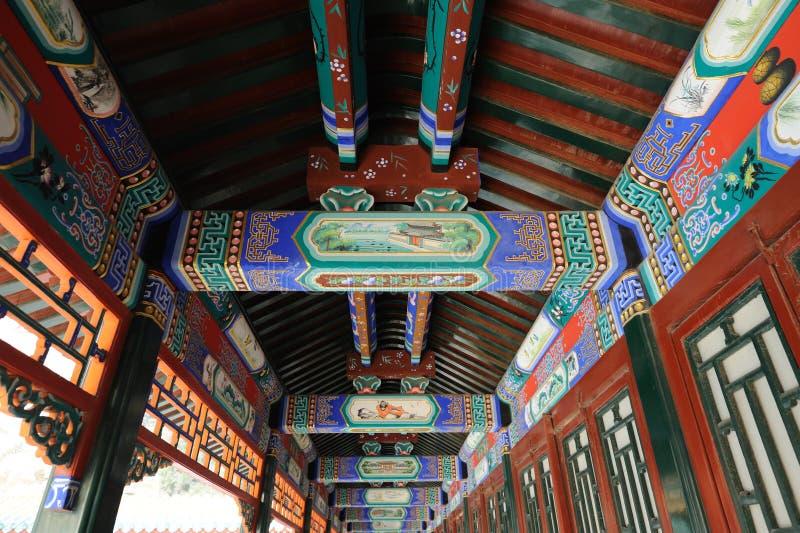 O corredor longo no palácio de verão Beijing imagens de stock royalty free