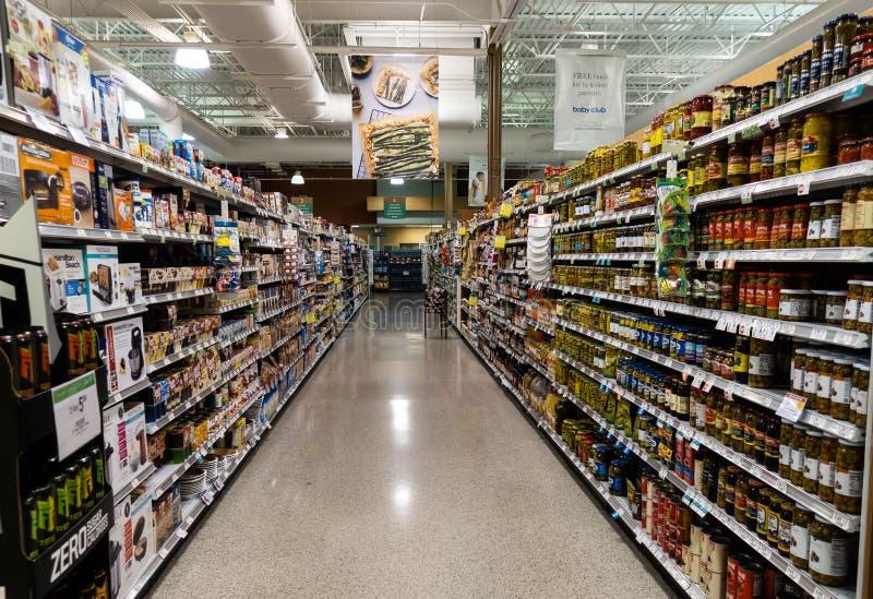 O corredor vegetal da lata de uma mercearia de Publix fotografia de stock