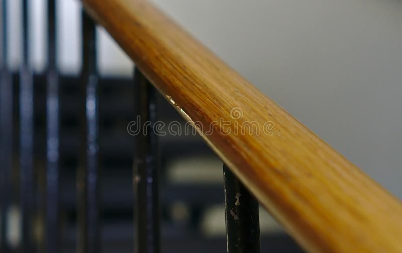 O corrimão de madeira da escada fotografia de stock