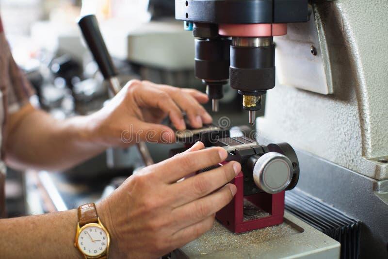 O cortador chave hábil profissional que faz a porta fecha cópias imagem de stock