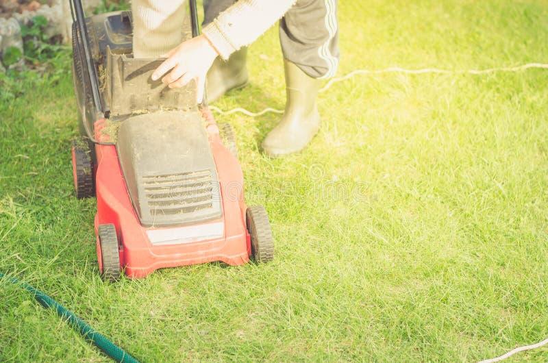O cortador de grama é limpado de uma grama/cortador de grama é limpado de uma grama Copyspace fotos de stock