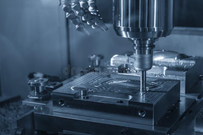 O corte áspero da máquina de trituração do CNC as peças da modelagem por injeção com as ferramentas indexable foto de stock