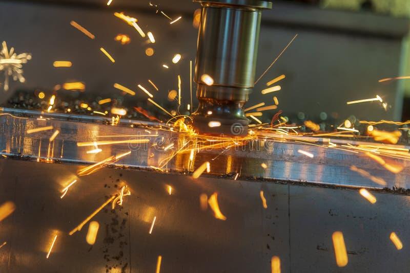 O corte áspero da máquina de trituração do CNC com a microplaqueta ardente imagens de stock royalty free