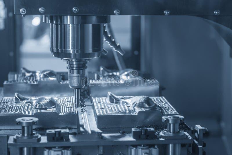 O corte áspero da máquina de trituração do CNC a peça do molde pela ferramenta índice-capaz fotografia de stock