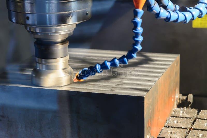 O corte de máquina da trituração do CNC a matéria prima imagens de stock royalty free