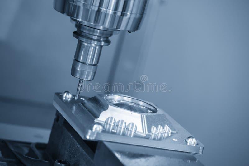O corte de máquina da trituração do CNC a peça do molde com a ferramenta contínua do moinho de extremidade da bola fotos de stock