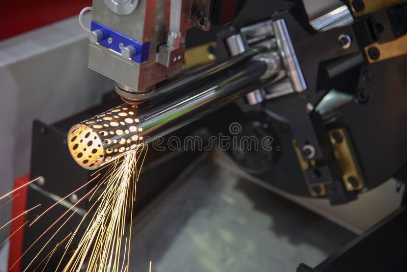 O corte de máquina do corte do laser da fibra do CNC a tubulação inoxidável imagem de stock