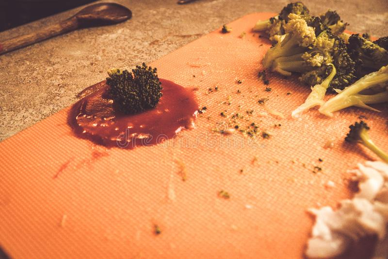 O corte do molho e dos brócolis de tomate e pronto para ser usado no cozimento, cozimento de casa são um passatempo ou uma necess fotografia de stock