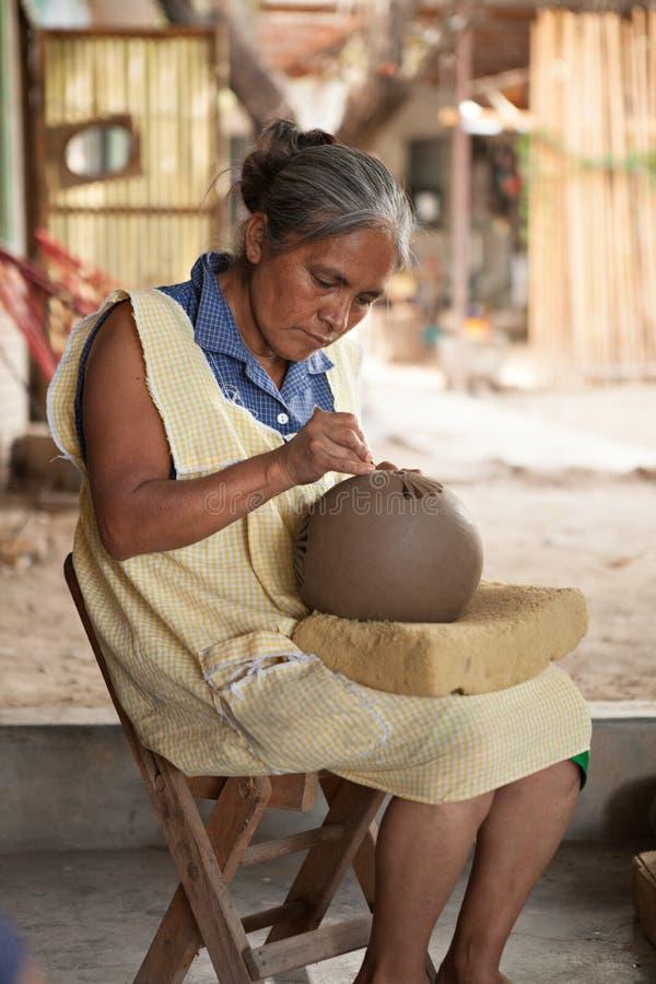 O corte superior mexicano da mulher projeta na cerâmica do negro de barro, O fotos de stock royalty free