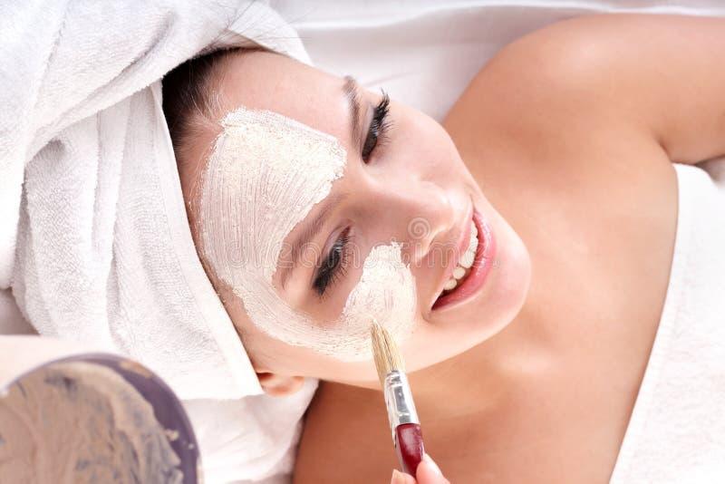 O Cosmetician faz a máscara. Massagem facial. fotos de stock
