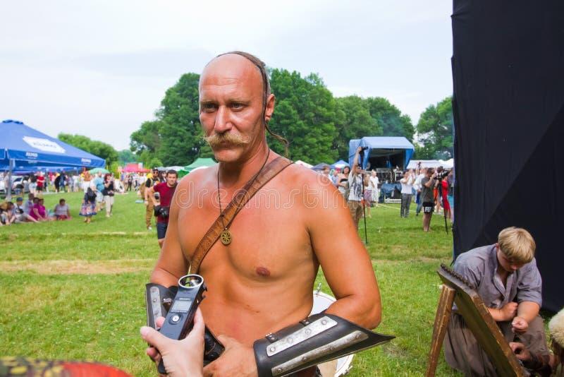 O cossack de Zaporozhian Sich, o kharakternyk do kozak, em topless com bigode e corte de cabelo dos oseledets dão a entrevista fotografia de stock