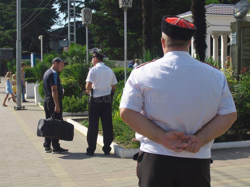 O cossaco de Kuban está no dever na estação de trem da estação de trem de Lazarevskoye fotos de stock