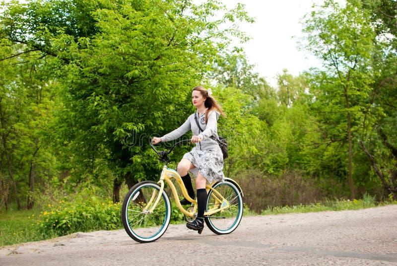 O costume das meninas Bikes a parada em Kiev, Ucrânia foto de stock