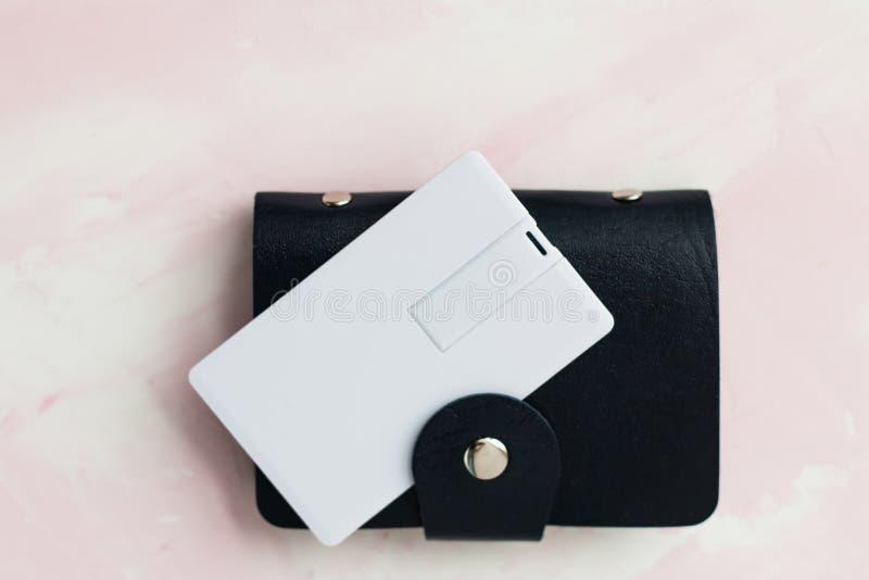 O couro do marrom escuro e do azul chama o titular do cartão e o bolso com zombaria branca vazia do cartão isolados acima no cinz foto de stock royalty free