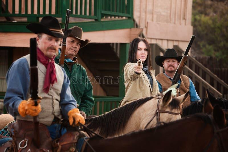 O Cowgirl aponta sua pistola imagens de stock