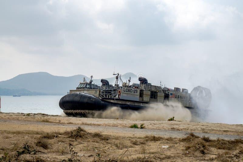 O coxim dos E.U. Marine Corps Landing Craft Air ou LCAC aterram na praia imagens de stock