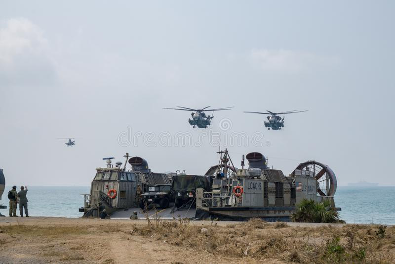 O coxim dos E.U. Marine Corps Landing Craft Air ou LCAC aterram no b foto de stock