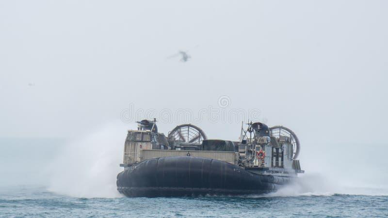 O coxim dos E.U. Marine Corps Landing Craft Air ou LCAC navegam no mar imagens de stock