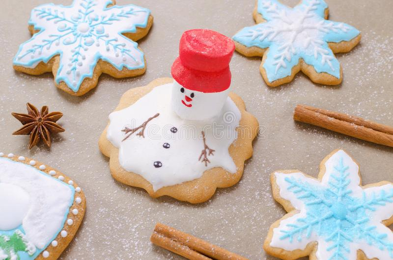 O cozimento do pão-de-espécie do Natal gosta de derreter o boneco de neve, os flocos de neve e a farinha como a neve no papel do  fotos de stock