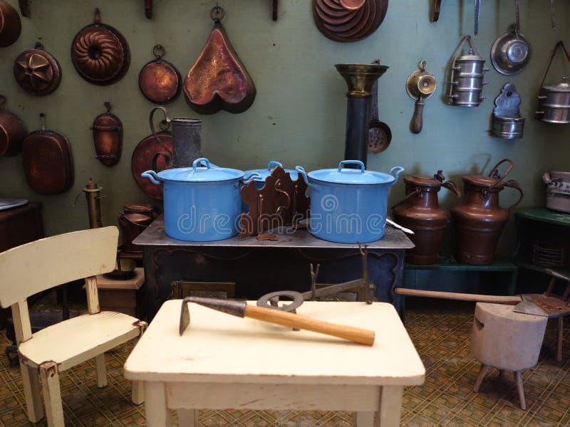O cozimento torna côncava a exposição da cozinha do vintage imagem de stock