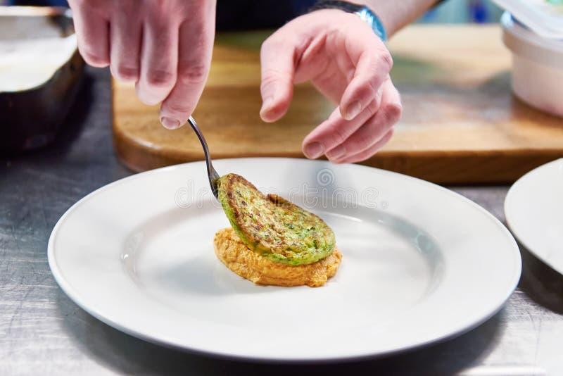 O cozinheiro é servido no prato com costoleta vegetal imagem de stock royalty free