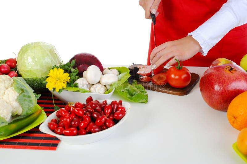 O cozinheiro chefe corta o tomate imagem de stock royalty free