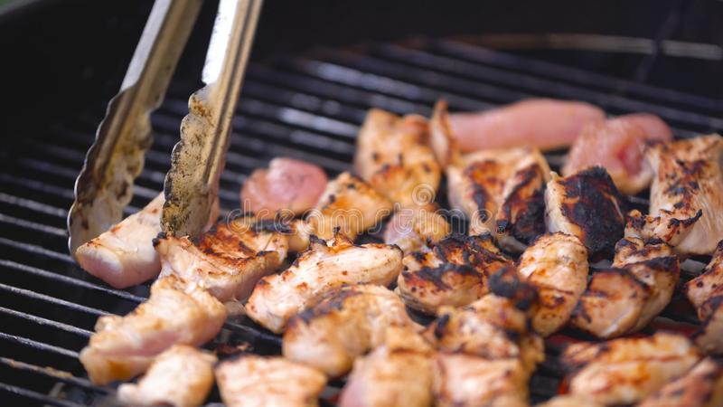 O cozinheiro chefe cozinha o espeto do no espeto da carne do peru ou da galinha no assado Cozinhando partes pequenas de galinha g foto de stock royalty free