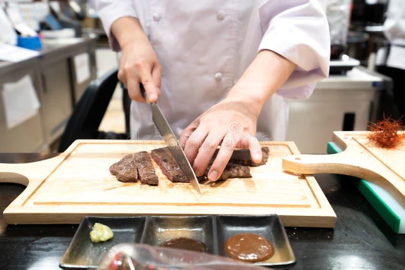O cozinheiro chefe está cozinhando o estilo japonês no restaurante imagens de stock