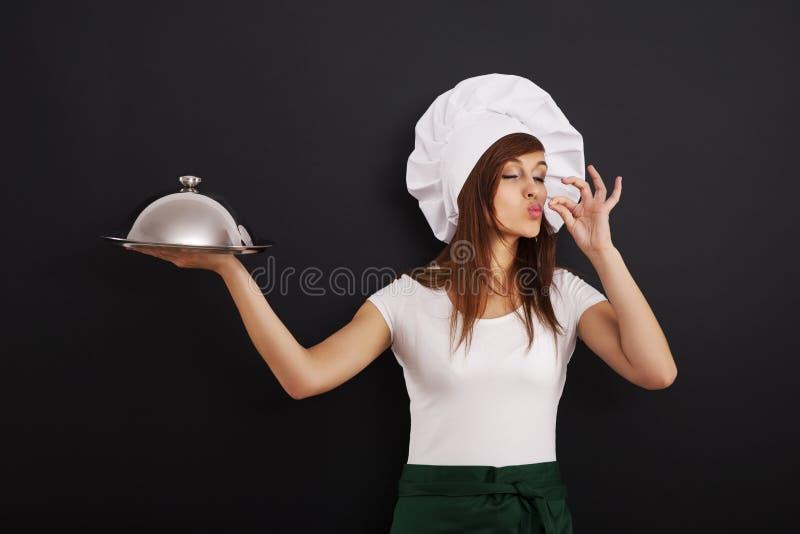 O cozinheiro chefe novo recomenda o prato principal fotos de stock royalty free