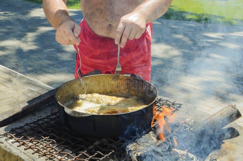 O cozinheiro chefe prepara um prato do marisco fotografia de stock