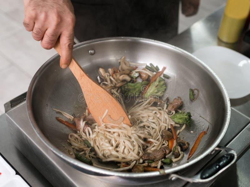 O cozinheiro chefe trabalha a cozinha do restaurante que prepara a refeição imagens de stock royalty free