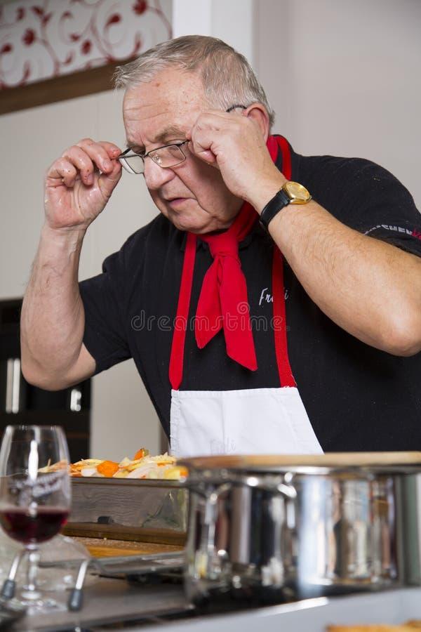 O Cozinheiro Chefe Verifica A Receita Imagens de Stock