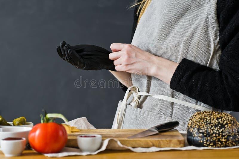 O cozinheiro chefe veste luvas ? cereja r Cozinha, vista lateral, espa?o para o texto imagem de stock royalty free