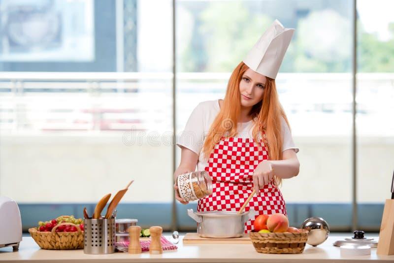 O cozinheiro do ruivo que trabalha na cozinha imagem de stock royalty free