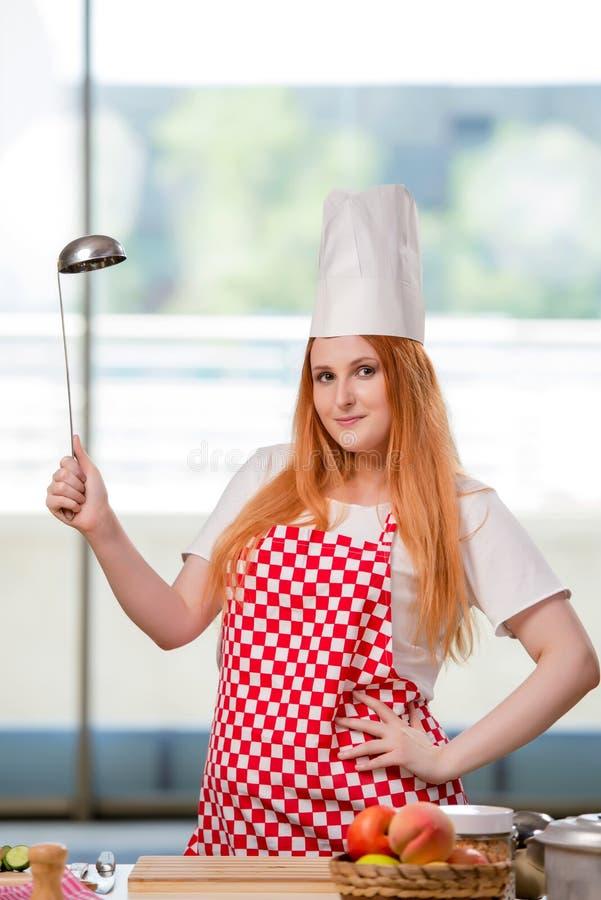 O cozinheiro do ruivo que trabalha na cozinha imagens de stock royalty free
