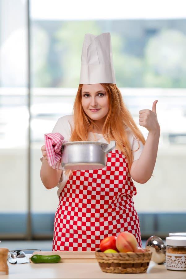 O cozinheiro do ruivo que trabalha na cozinha fotografia de stock