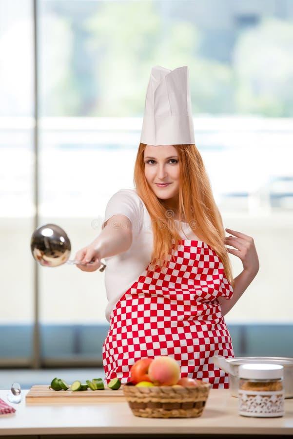 O cozinheiro do ruivo que trabalha na cozinha fotos de stock royalty free