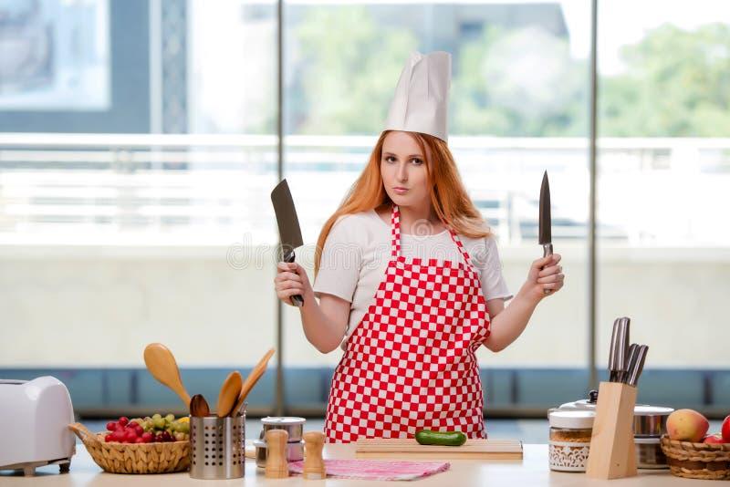 O cozinheiro do ruivo que trabalha na cozinha foto de stock royalty free