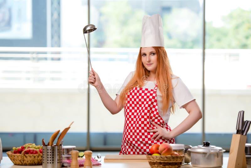 O cozinheiro do ruivo que trabalha na cozinha imagem de stock